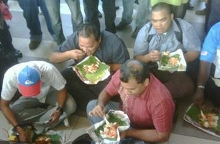 court anwar trial 160511 eating nasi lemak
