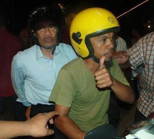 anwar ibrahim on motorbike in pekan
