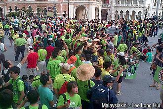 green march reaching dataran 251112 crowd 01