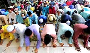 islam malaysia muslim men in prayer makmum 070207