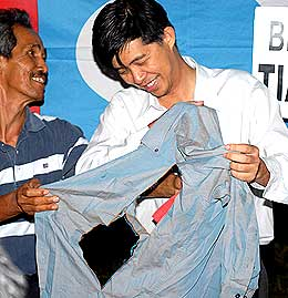 tian chua freed from police prison 090307 torn shirt