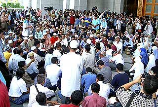 lina joy court hearing palace of justice 300507 crowd